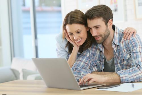 Ehepaar investiert online